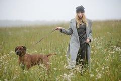 De vrij jonge Kaukasische kleding van de meisjesmanier openlucht stock fotografie