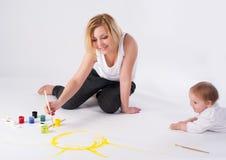 De vrij jonge moeder en de dochter trekken beeld Stock Afbeeldingen