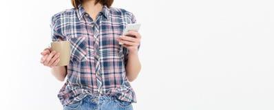 De vrij jonge smartphone van de vrouwenholding, die apparaat met behulp van, die modieuze glazen, het glimlachen dragen, die een  stock afbeeldingen