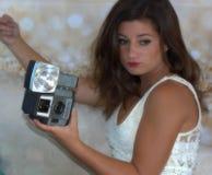 De vrij Jonge Uitstekende Camera van de Vrouwenholding royalty-vrije stock afbeelding
