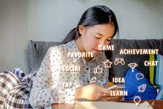De vrij jonge vrouw babbelt op mobiele telefoon Royalty-vrije Stock Fotografie