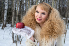 De vrij jonge vrouw met ongebruikelijk kapsel toont appel Royalty-vrije Stock Foto