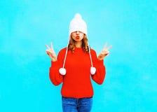 De vrij jonge vrouw met rode lippen doet een luchtkus stock foto