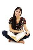 De vrij jonge vrouw zit op vloer en lezingsboek stock afbeeldingen