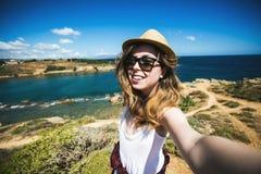 De vrij jonge vrouwelijke toerist neemt reis selfie bij Royalty-vrije Stock Foto