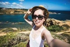 De vrij jonge vrouwelijke toerist neemt reis selfie bij Royalty-vrije Stock Afbeelding