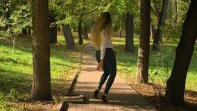 De vrij Kaukasische Blondevrouw oefent Latijnse Dans uit en maakt Stappen van Camera naar de Mooie Zomer Green Park stock footage
