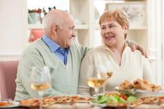 De vrij oude echtgenoot en de vrouw hebben een lunch stock afbeeldingen