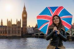 De vrij stedelijke toeristenvrouw onderzoekt Londen tijdens reis stock foto