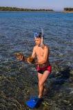 De vrije duiker vindt shells in het Egeïsche overzees stock foto's