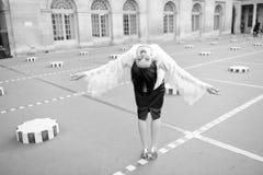 De vrije gelukkige vrolijke jonge vrouw geniet van Parijs, Frankrijk Het meisje van de schoonheid Vrijheid en geluk van meisje di stock foto