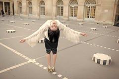 De vrije gelukkige vrolijke jonge vrouw geniet van Parijs, Frankrijk Het meisje van de schoonheid Vrijheid en geluk van meisje di stock fotografie