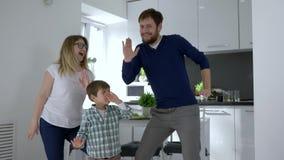 De vrije tijd van de dansfamilie, het mamma met papa en het kind hebben binnen pret stock videobeelden
