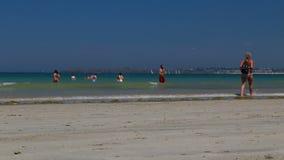 De Vrije tijdsactiviteiten van heilige Malo Beach With People Enjoying stock videobeelden