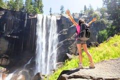 De vrijheid van de wandelingsvrouw in Yosemite-park door waterval Stock Foto's