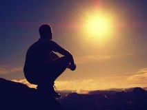 De vrijheidswandelaar zit omhoog nevelige vallei en geniet van ochtend in mooie aard stock afbeelding