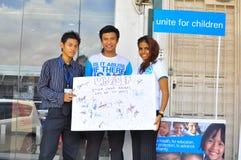 De vrijwilliger verzamelt schenking voor kinderen Stock Foto