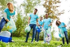De vrijwilligers maken een park schoon stock foto