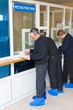 De vrijwilligers registreren bij transfusiepost Stock Foto