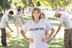 De vrijwilligersdraagstoel van de Groepsopheldering in Park Royalty-vrije Stock Foto