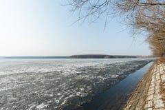 De vroege lente, enkel ontdooide meerkust Royalty-vrije Stock Fotografie