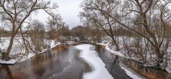 De vroege lente op de rivier Panorama Royalty-vrije Stock Afbeeldingen
