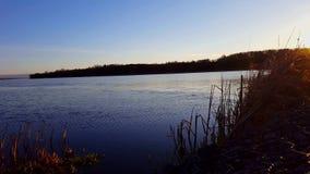 De vroege mening van de ochtendzonsopgang van kalm meer in de zomer Rustig idyllisch de aardlandschap van de oever van het meerku stock video