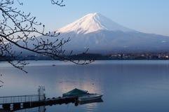De vroege ochtend bij het Kawaguchiko-meer, zet Fuji-mening, Japan op royalty-vrije stock fotografie