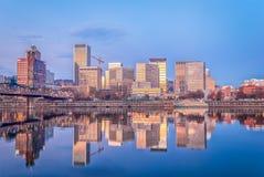 De vroege ochtendzon en de blauwe hemel begroeten de stad royalty-vrije stock afbeeldingen