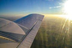 De vroege vlucht van ochtend lichte vliegtuigen met zon het toenemen stock afbeeldingen