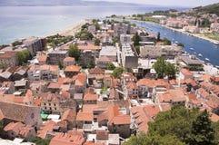 De vroege zomer in Omis, Kerk van Heilige Michael, Kroatië, Europa stock afbeeldingen