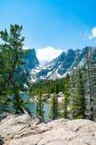 De vroege zomerlandschap met meer en sneeuw behandelde bergen stock fotografie