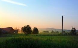 De vroege zomerochtend in het Russische dorp Visim Uralgebied, Rusland Stock Foto