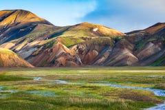 De vroege zomerochtend in Landmannalaugar, IJsland royalty-vrije stock fotografie
