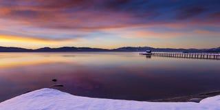 De vroege zonsopgang van de ochtendwinter bij het Lagerhuisstrand in Tahoe-Stad stock afbeelding