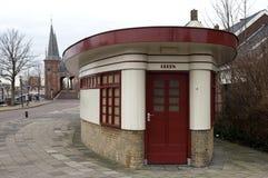 De vroegere bureaubouw is nu een openbaar toilet Stock Foto