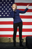 De vroegere gebaren van HP exec Carly Fiorina voor de vlag van de V.S. Royalty-vrije Stock Afbeelding
