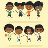 De vrolijke Afrikaanse Amerikaanse schooljongens en de meisjes maken een sprong Stock Foto