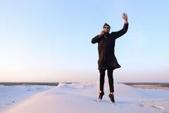De vrolijke Arabische kerel communiceert op telefoon en stuitert lijn in m Royalty-vrije Stock Afbeelding