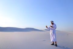 De vrolijke Arabische mannelijke toerist roept vriend op Skype door cel en sho Royalty-vrije Stock Afbeelding