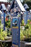 De Vrolijke Begraafplaats is een begraafplaats in het dorp van SăpânÈ› a, MaramureÅŸ provincie, Roemenië Stock Afbeelding
