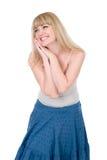 De vrolijke blonde met handen op een wang Stock Afbeeldingen