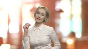 De vrolijke blondevrouw danst stock footage