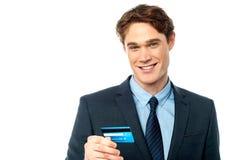 De vrolijke creditcard van de zakenmanholding Royalty-vrije Stock Afbeelding