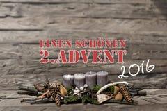 De vrolijke de komst 2016 brandende grijze kaars van de Kerstmisdecoratie vertroebelde achtergrondtekstbericht het Duits tweede Stock Foto