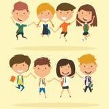 De vrolijke de schooljongens en meisjes maken een sprong Stock Fotografie