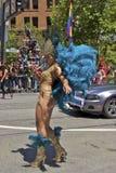 De vrolijke Deelnemer van de Trots in Kleurrijk Kostuum Royalty-vrije Stock Fotografie
