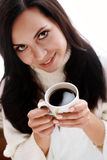 De vrolijke donkerbruine kop van de holdingskoffie Stock Afbeelding