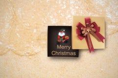 De vrolijke doos van de Kerstmisgift met Santa Claus op tropische strandachtergrond Royalty-vrije Stock Foto