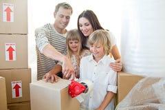 De vrolijke dozen van de familieverpakking Stock Fotografie